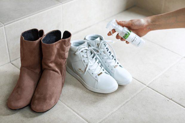 靴にスプレー画像